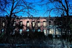 Niszczejący stary szpital. Widok od strony parku Rotha.