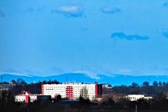 Szpital na ulicy Gamowskiej a w tle g óra Pradziad w czeskich Jesenikach
